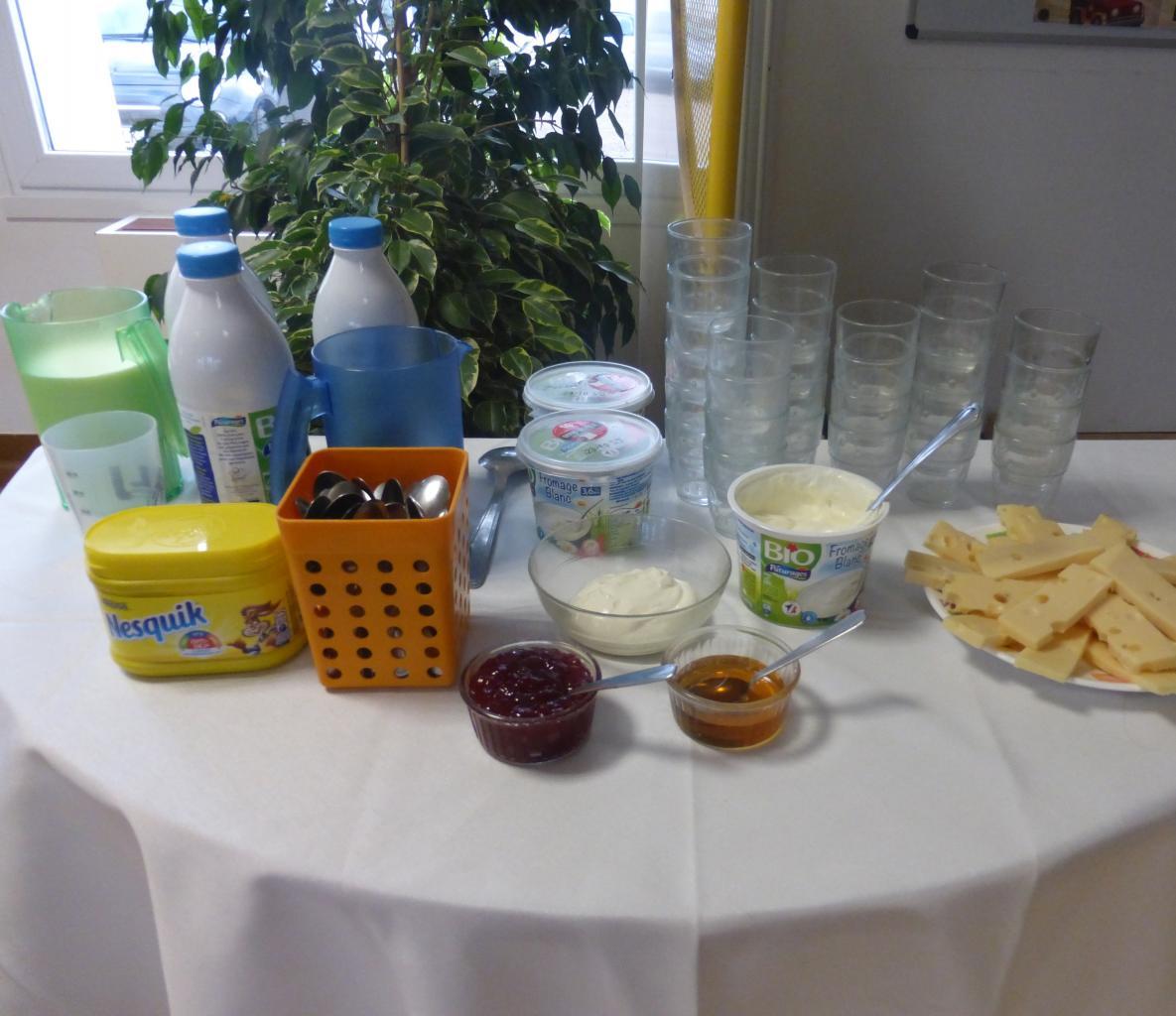 """Petit déjeuner pédagogique : table """"Produits laitiers"""" classe CP"""